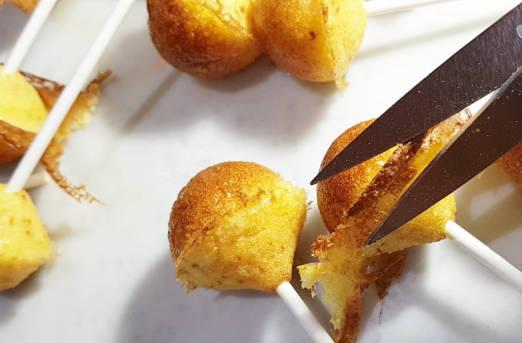 rimozione imperfezioni con forbici e coltello