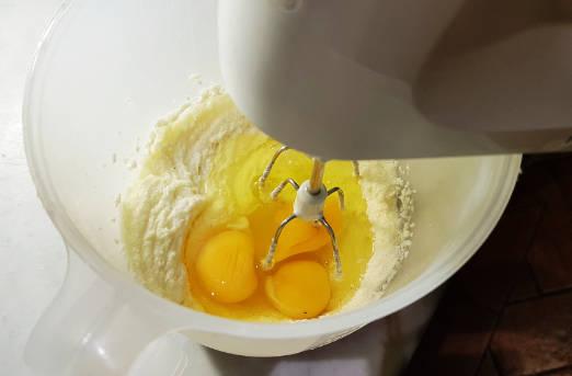 aggiungere le uova all impasto per i cake pops